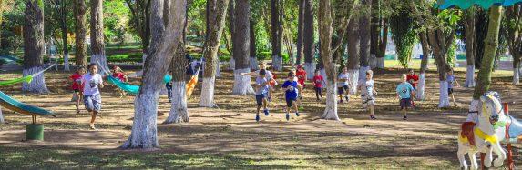 Pesquisa realizada no Canada aponta os benefícios de crianças participarem de acampamentos de férias